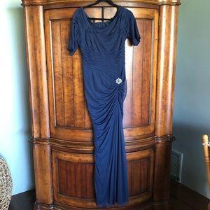 Tadashi Shoji Dresses - EUC Gorgeous Tadashi Shoji Asymmetric Ruched Gown